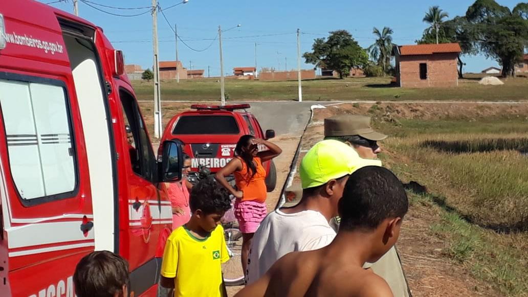 Amigos e populares observam o resgate (Fonte: Divulgação 11º BBM)