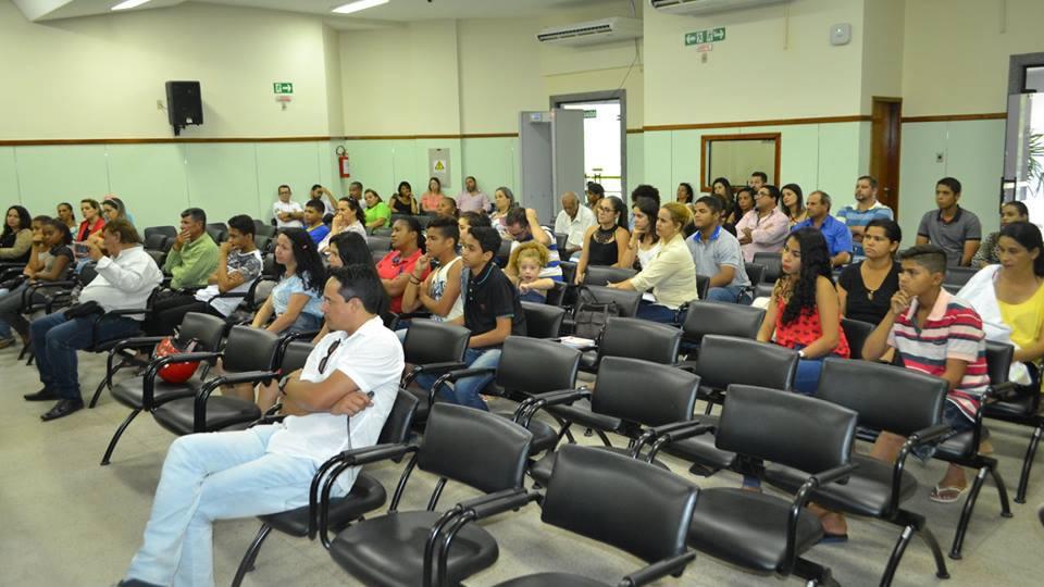 Público prestigia a implantação do projeto (Foto: Elaine Alves)