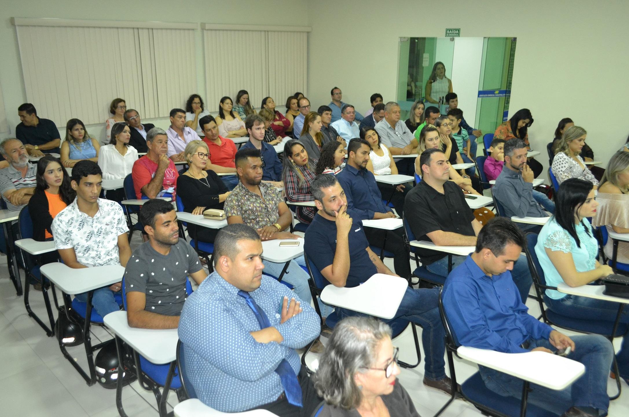 Público lotou o auditório da Acin na última quarta-feira, para prestigiar a posse da nova diretoria [Foto: Euclides Oliveira]